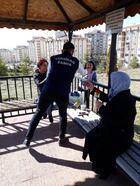 Kırıkkale'de belediye personeli, kadınlara karanfil dağıttı