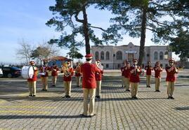 Mustafakemalpaşa'da bandodan öğrencilere konser