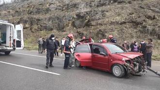Otomobil bariyerlere çarptı: 1 yaralı