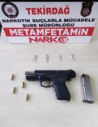 Polisin şüphelendiği araçta, silah ve uyuşturucu ele geçirildi