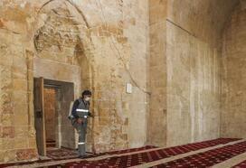 Mardin'de ramazan öncesi cami ve medreseler gül suyuyla yıkandı