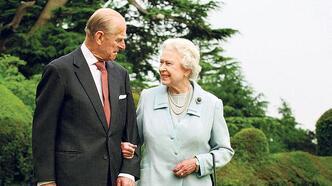 Kraliçe son anında eşinin başındaydı