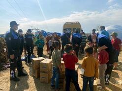Polisten, çadırda yaşayan ailelere Ramazan kolisi