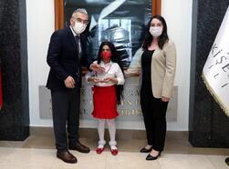 Vali Ayyıldız'dan, şiir yarışmasında 1'incisi öğrenciye ödül