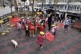 Belediye başkanı, çocuklara Türk bayrağı hediye etti