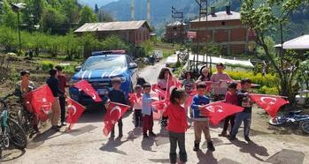 Trabzon'da jandarma çocuklara bayrak ve oyuncak dağıttı