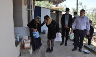 Öğrenciler ürettikleri temizlik ürünlerini ihtiyaç sahiplerine dağıttı