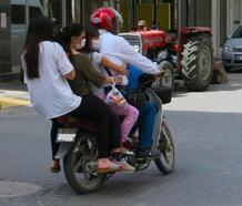 Motosiklette 5 kişi yolculuk