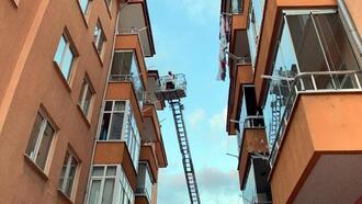 Binanın balkonuna düşen ebabil kuşunu itfaiye kurtardı