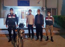 Jandarma, çalınan motosikleti bulup sahibine teslim etti