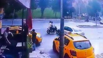 Sultangazi'de motosikletle otomobilin çarpışma anı kamerada