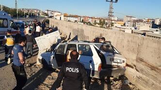 Feci kaza! Otomobil hastane bahçesinin duvarına çarptı