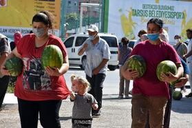 Tarsus'ta 10 ton karpuz vatandaşa ücretsiz dağıtıldı