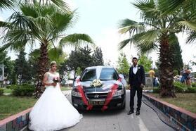 Kadirli Belediye Başkanı Tarhan, evlenen genç çifte makam aracını tahsis etti