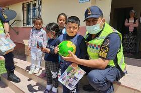 Jandarmadan köy okulu öğrencilerine hediye