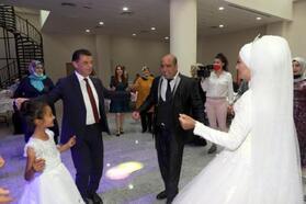 3 çocuk sahibi çifte 14 yıl sonra düğün yapıldı