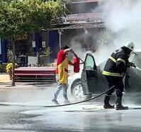 Otomobil yangınına esnaflardan müdahale