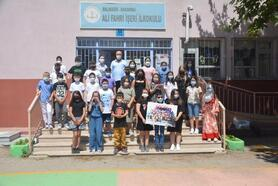 Yarışmada birinci olup kazandıkları ödülü okullarına bağışladılar