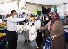 Beyoğlu'ndaki semt pazarında alışveriş yapan vatandaşlara bez çanta dağıtıldı