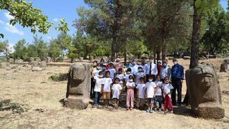 Tarım işçisi ailelerin çocukları Yesemek Müzesini dolaştı