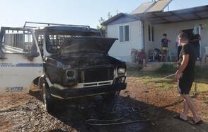 Evin önünde park halindeki kamyonet yandı