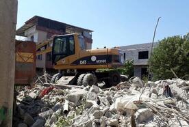 Akdeniz'de tehlike yaratan metruk binaların yıkımı sürüyor