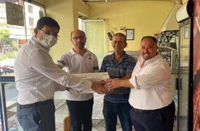 Başkan Özcan'dan kahveci esnafını ziyaret edip, destek için şeker dağıttı