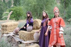 Selçuklu motiflerinden oluşan kıyafetlerin tanıtımı lavanta bahçesinde yapıldı