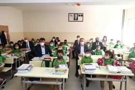 Bağcılar'daki okullarda eğitim ders zilinin çalmasıyla başladı