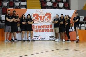 Basketbol turnuvasında şampiyon olan takımlar ödüllerini aldı