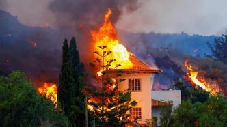 50 yıldır uykuda olan yanardağ patladı, 5 bin kişi tahliye edildi