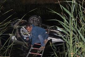 Virajı alamayan otomobil kanala uçtu