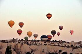 Kapadokya'da havalanan balonlar gökyüzünü süslüyor