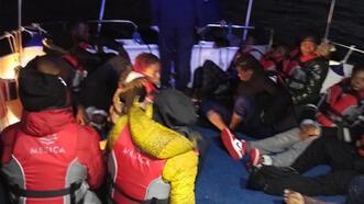 Muğla açıklarında lastik botlardaki düzensiz göçmenler kurtarıldı