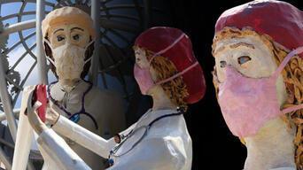 Denizli, sağlıkçılara ithafen yapılan heykelleri tartışıyor