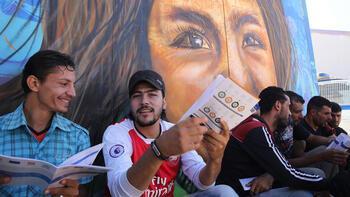 Suriyeli sığınmacı gençlere taraftarlardan yardım