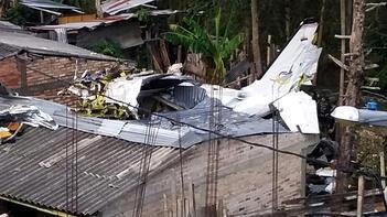 Uçak evlerin üstüne çakıldı!
