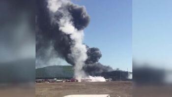 Tuzla'daki patlayan tankın itfaiye aracının üzerine düşme anı
