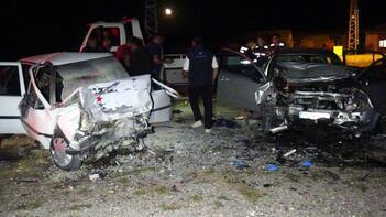 Otomobiller kafa kafaya çarpıştı! Ölü ve yaralılar var...