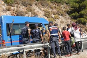 48 kaçak göçmenin bindiği minibüs devrildi, sürücü kaçtı