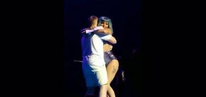 Hayranıyla birlikte sahneden düştüler