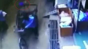 İkinci kattan düşen çocuk, yara almadan kurtuldu!
