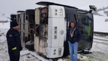 Bursaspor taraftarını taşıyan otobüs Erzurumda devrildi