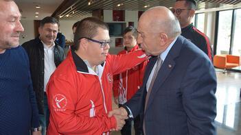 TFF Başkanı Özdemir, Down Sendromlular Milli Takımı ile bir araya geldi
