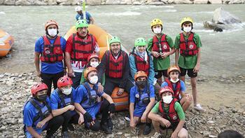 Bakan Kasapoğlu, Zap Suyu'nda sporcularla birlikte rafting yaptı