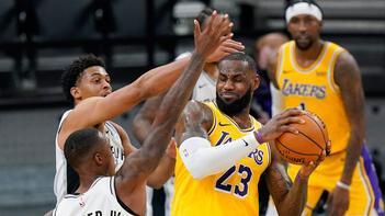 NBA'de Lakers, LeBron James'in tarihe geçtiği maçta Spurs'ü mağlup etti