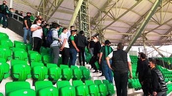 Sakaryaspor - Van Spor maçıtaraftarlar tribüne girince 15 dakika geç başladı