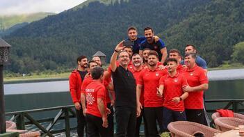 Bakan Kasapoğlu, milli güreşçileri kampta ziyaret etti