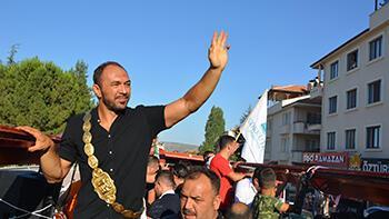 Başpehlivan Ali Gürbüz'e, baba ocağında coşkulu karşılama