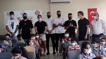 Adana Demirsporlu futbolcular, Mimar Sinan İlkokulu'nu ziyaret etti